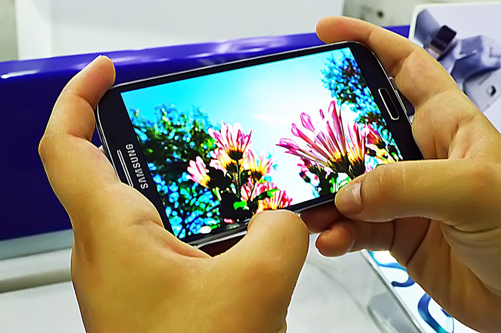 Samsung to develop a smartphone with wraparound display